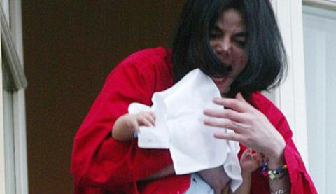 Michael-Jackson-danngles-baby-over-balcony.jpg