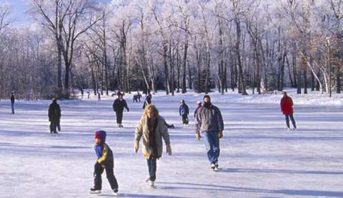 ice_skating_on_the_river_trail_in_winnipeg_manitoba_48394.jpg